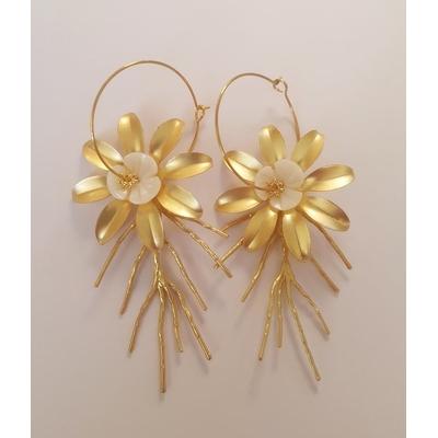 Boucles d'oreilles créoles fleurs en nacre et branches mod4 - La Belle Simone Bijoux