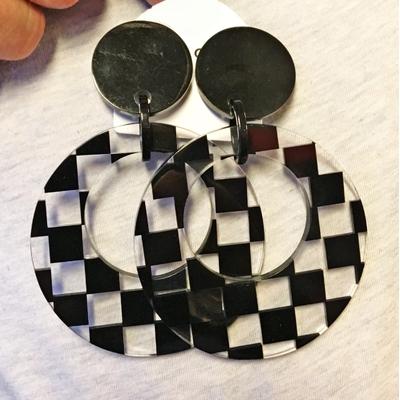 Boucles d'oreilles clips damier noir et transparent résine Marion Godart