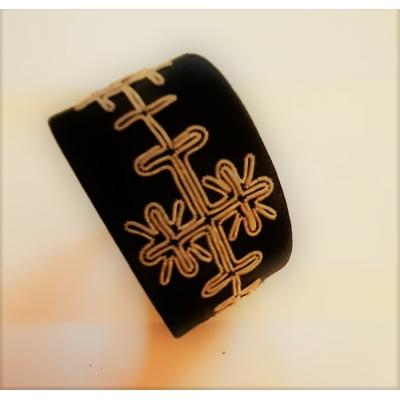 Bracelet LOVE noir collection broderie - cuir naturel de renne et fils d'argent - Hanna Wallmark