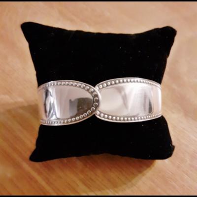 Bracelet manche n°3 fabriqué avec des couverts en argent - Création d'Olivia