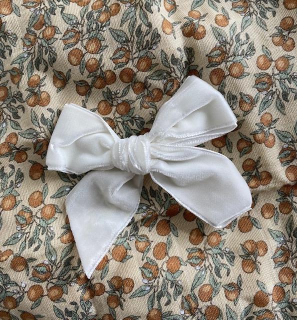 Barrette noeud en velours coloris beige