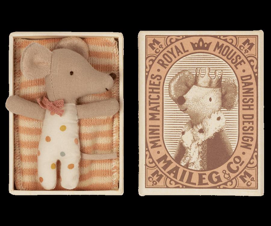 Bébé souris fille dans sa boîte d\'allumettes