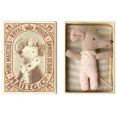 Bébé souris fille pois rose dans sa boîte d'allumettes