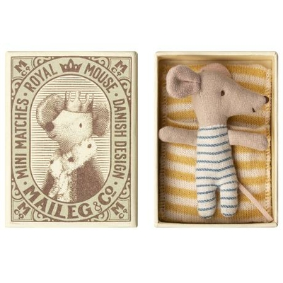 Bébé souris garçon dans sa boîte d'allumettes