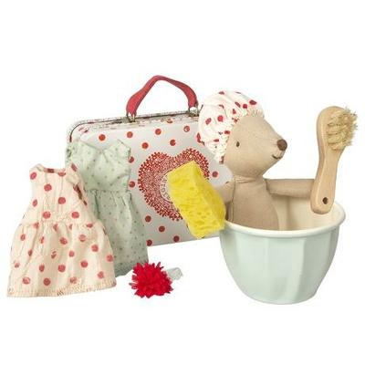 Grande soeur souris Maileg dans sa tasse-baignoire avec sa valise et ses 2 tenues