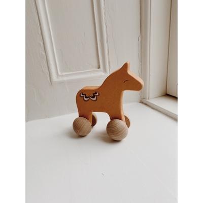 Cheval à roulettes en bois