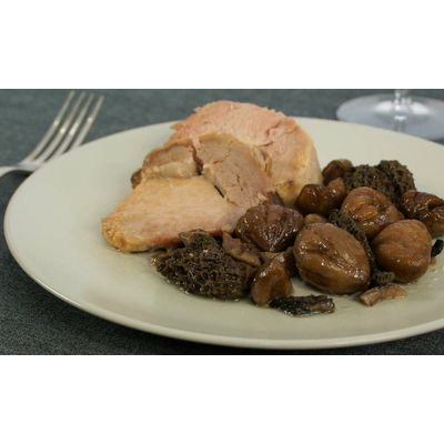 Rôti de porc fermier confit à la graisse de canard, morilles et marrons entiers bio.