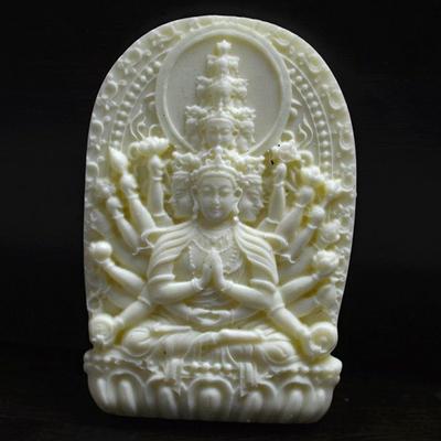 Amulette Kwan yin a 1000 bras en pierre blanche