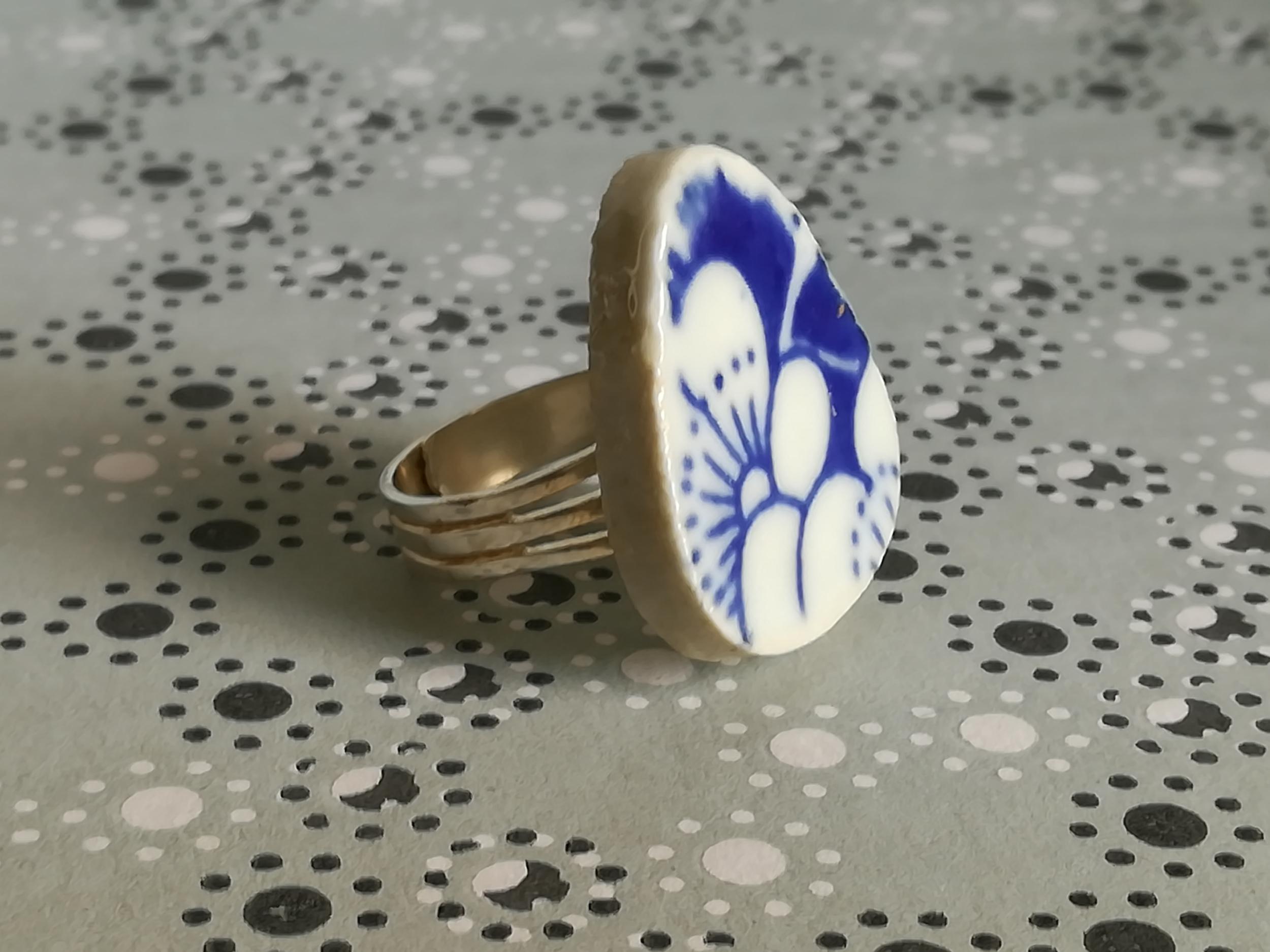 Bague ajustable galet japonais fleurs bleu et blanc