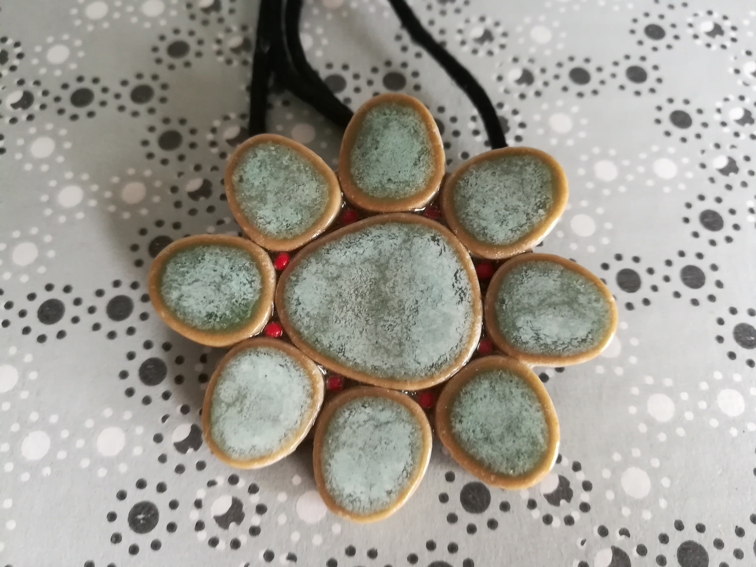 Pendentif / broche marguerite galets japonais