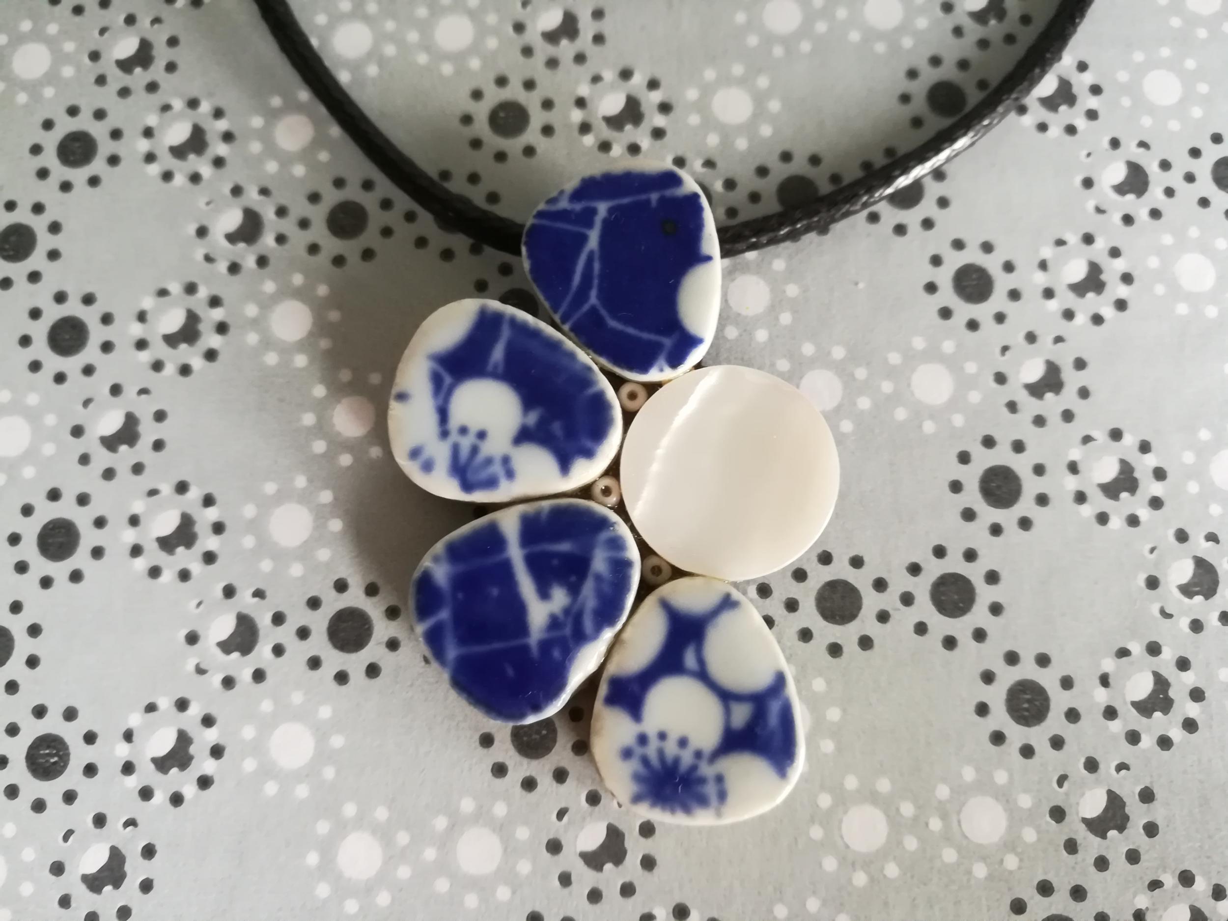 Collier pendentif demie marguerite bleu et blanc