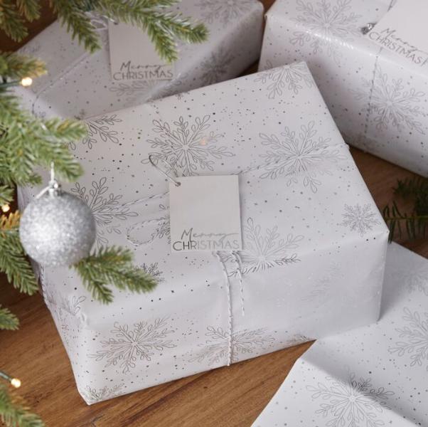 Kit d\'emballage cadeau avec des flocons argentés