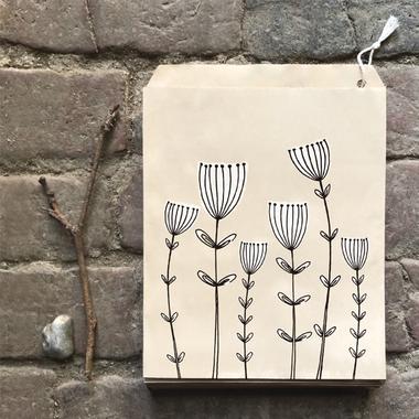 sachet kraft avec des fleurs
