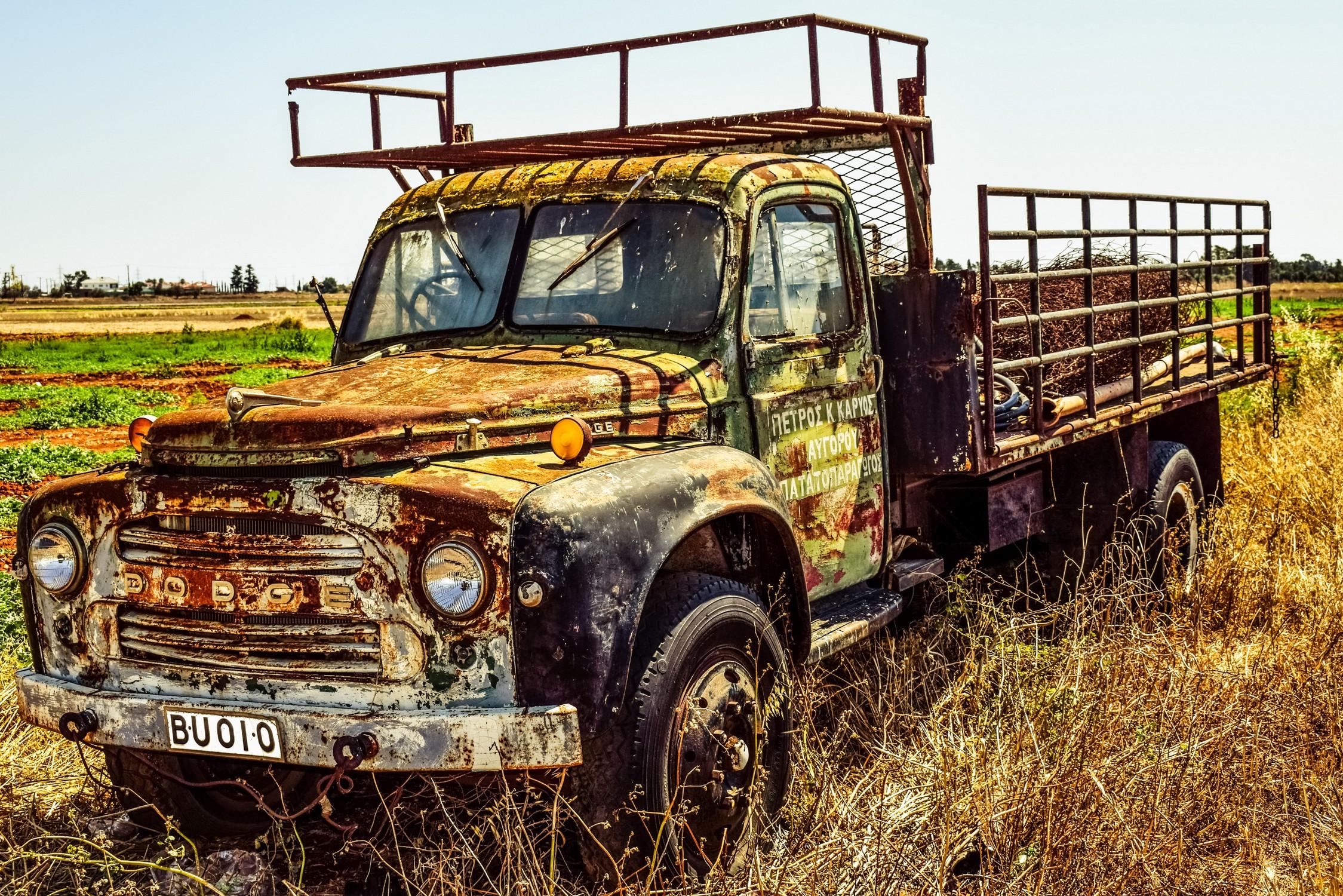 Dodge rouillé dans la nature