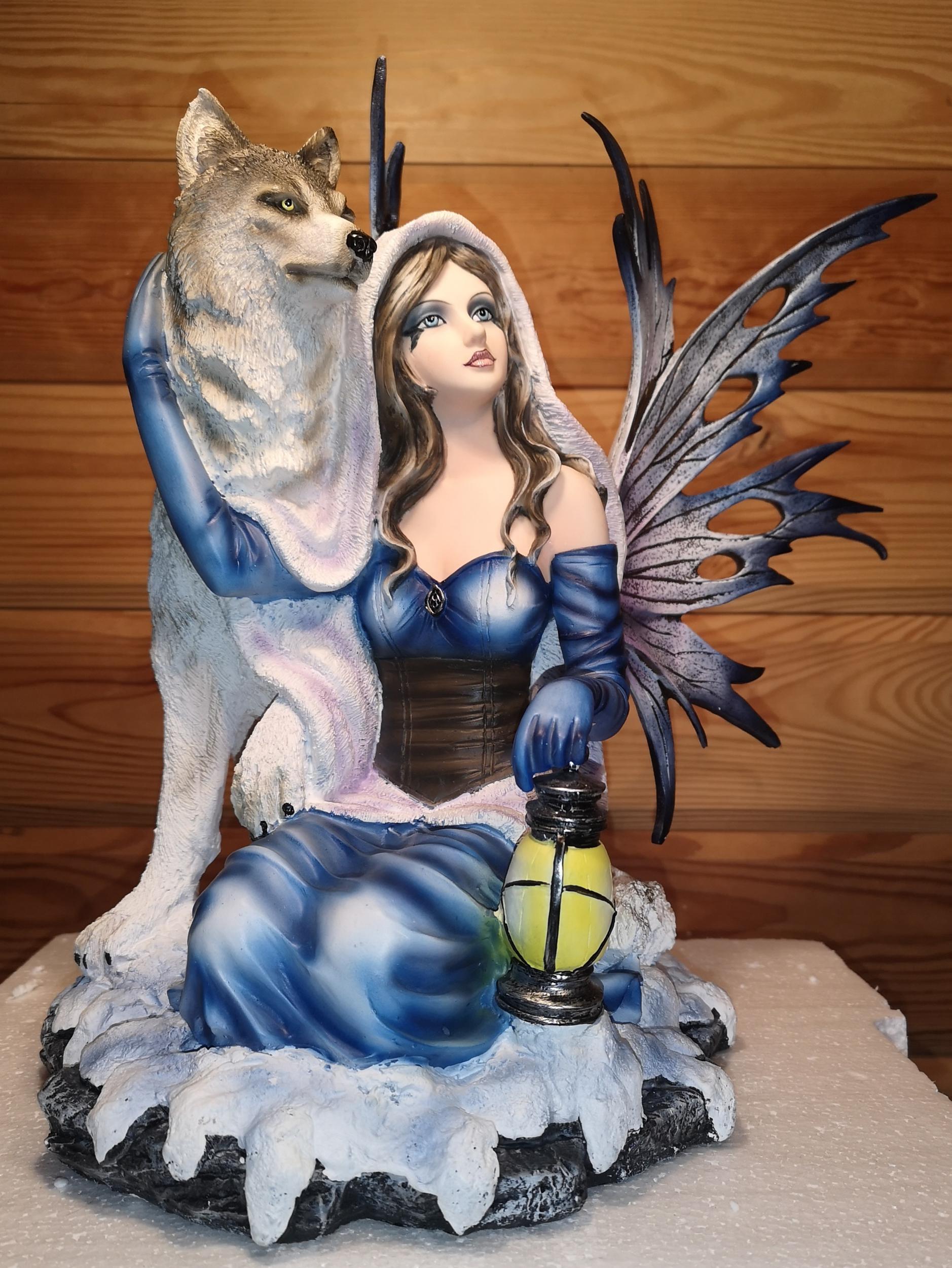 Fée avec Loup et Lanterne