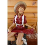 N° 611 Figurine Pin-Up cowgirl sur une barrière.