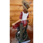 N°611 Figurine Pin-Up cowgirl sur une barrière...