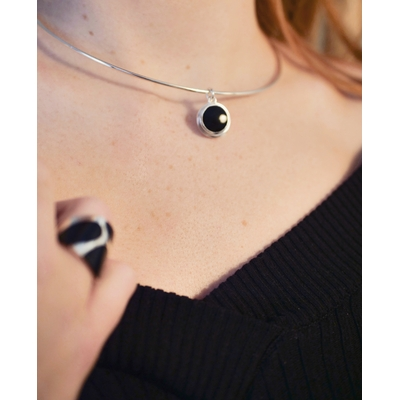 Pendentif Femme argent et couleur noire, breloque cercles mobiles