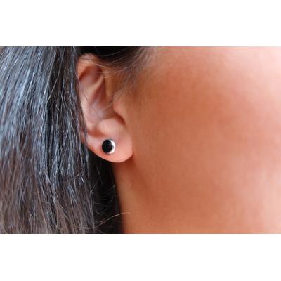Boucles d'oreilles noires ou blanches - PUCES