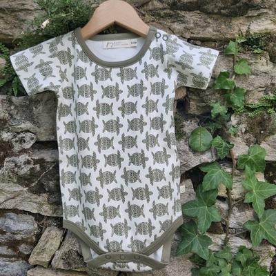 Body bébé - 100 % coton bio - manches courtes - Tortue vert olive