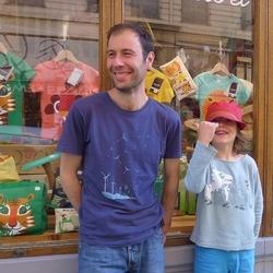 Frank et Lulu devant boutique de Lyon
