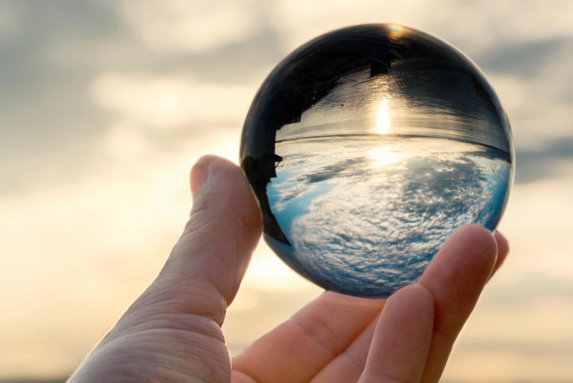 Lensball avec reflet de la mer et du soleil