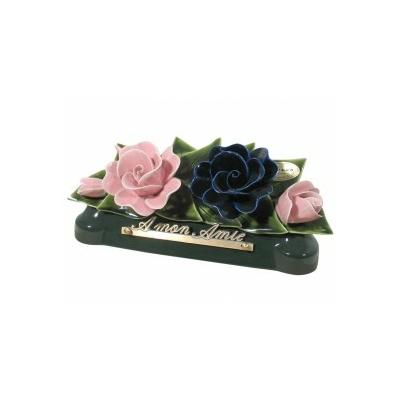 Fleurs céramique devant de tombe roses et bouton