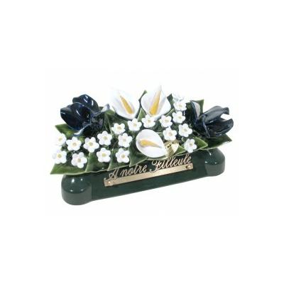 Fleurs céramique devant de tombe arums iris gypsophiles