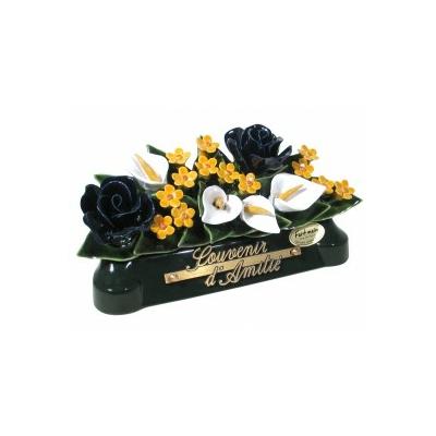 Fleurs céramique devant de tombe roses arums gypsophiles