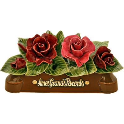 Fleurs céramique devant de tombe roses et boutons