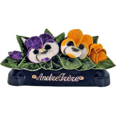 Fleurs céramique devant de tombe pensées et boutons