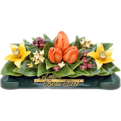 Fleurs céramique devant de tombe jonquilles gypsophiles tulipes
