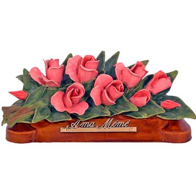 Fleurs céramique devant de tombe boutons de roses