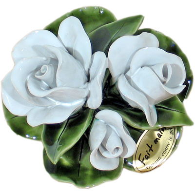 Fleurs ceramique socle boutons de rose blancs