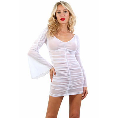 Robe blanche froncée en résille fine