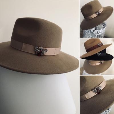 Chapeau en laine et sa broche beige