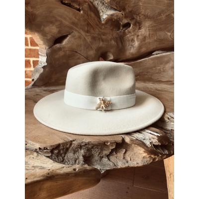 Chapeau en laine beige et sa jolie abeille dorée