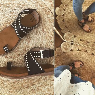 Sandales cloutées noires à passes-pouce