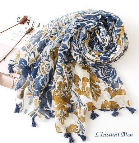 Echarpe style Bohème à fleurs «Aṣzāra » Pompons bleus-3.1