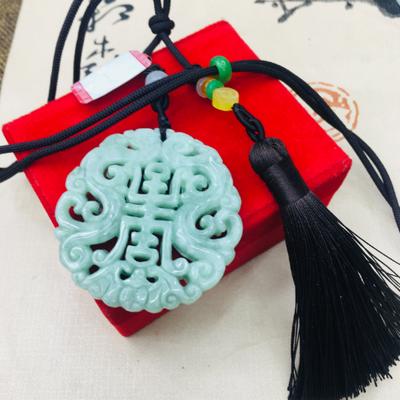 Pendentif Ethnique «Śalabhā» en Jade sur cordon avec pompon