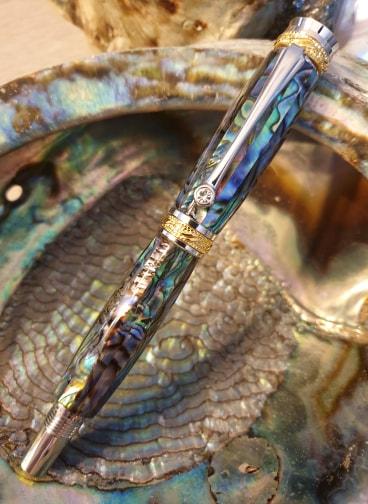Stylo résine avec incrustation nacre verte abalone à plume - Modèle Athéna