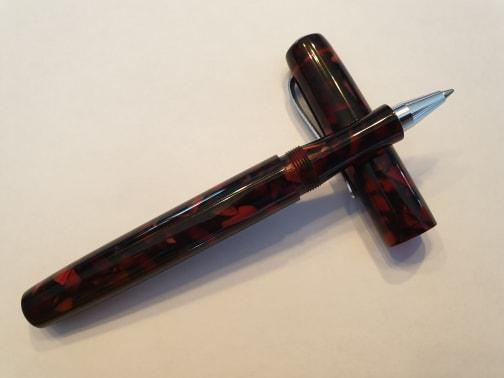 Stylo Kitless en résine rouge rubis avec clip intégré roller - Modèle rubis.