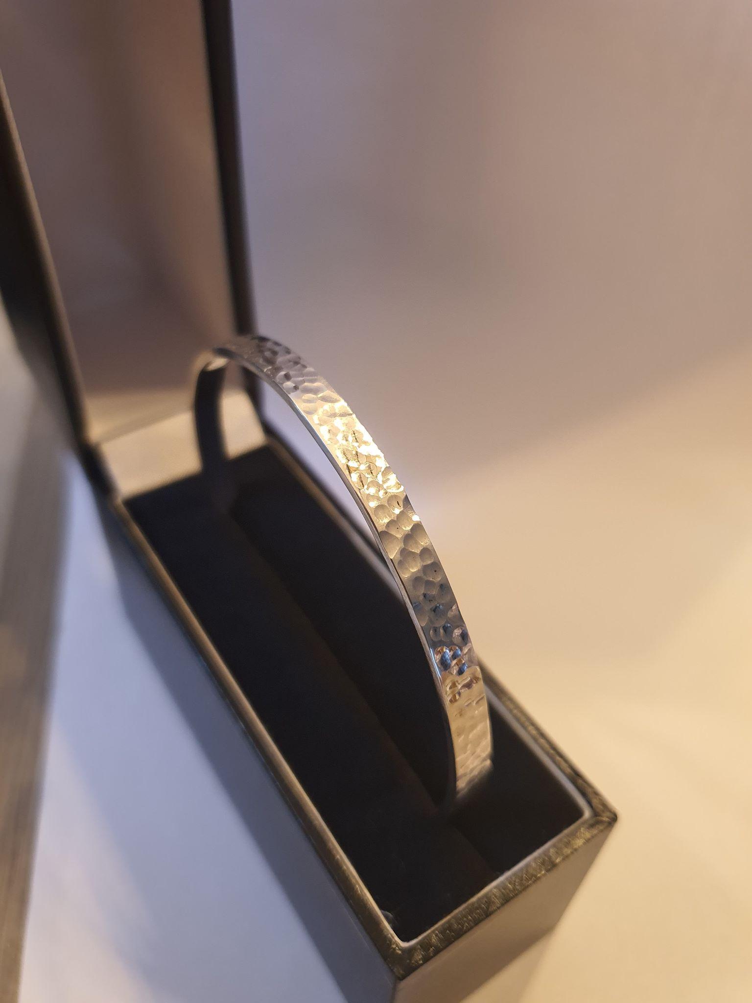 Bracelet fermé martelé argent 925.