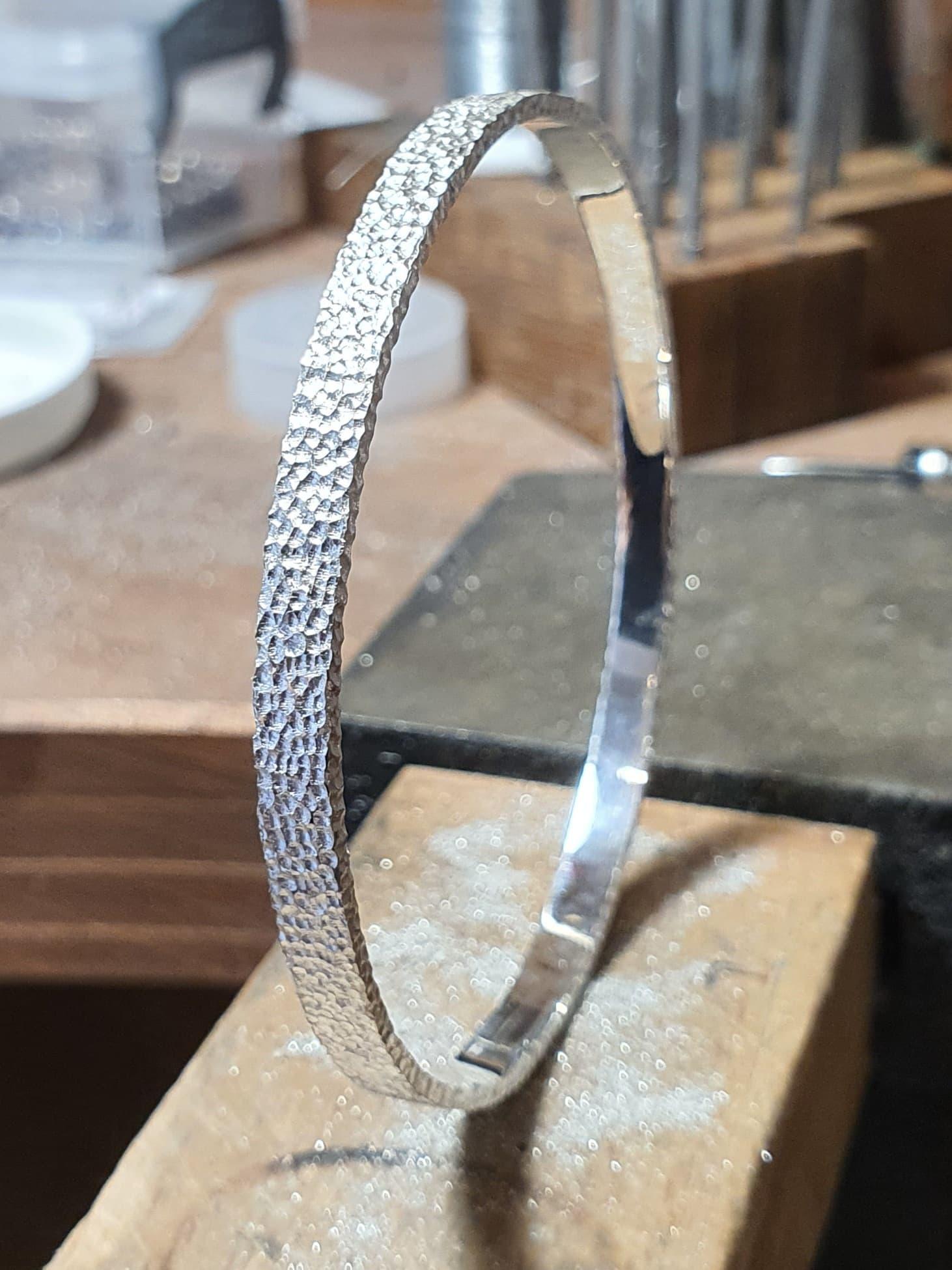 Bracelet texturé sans fermoir en argent 925/1000 avec ou sans patine.