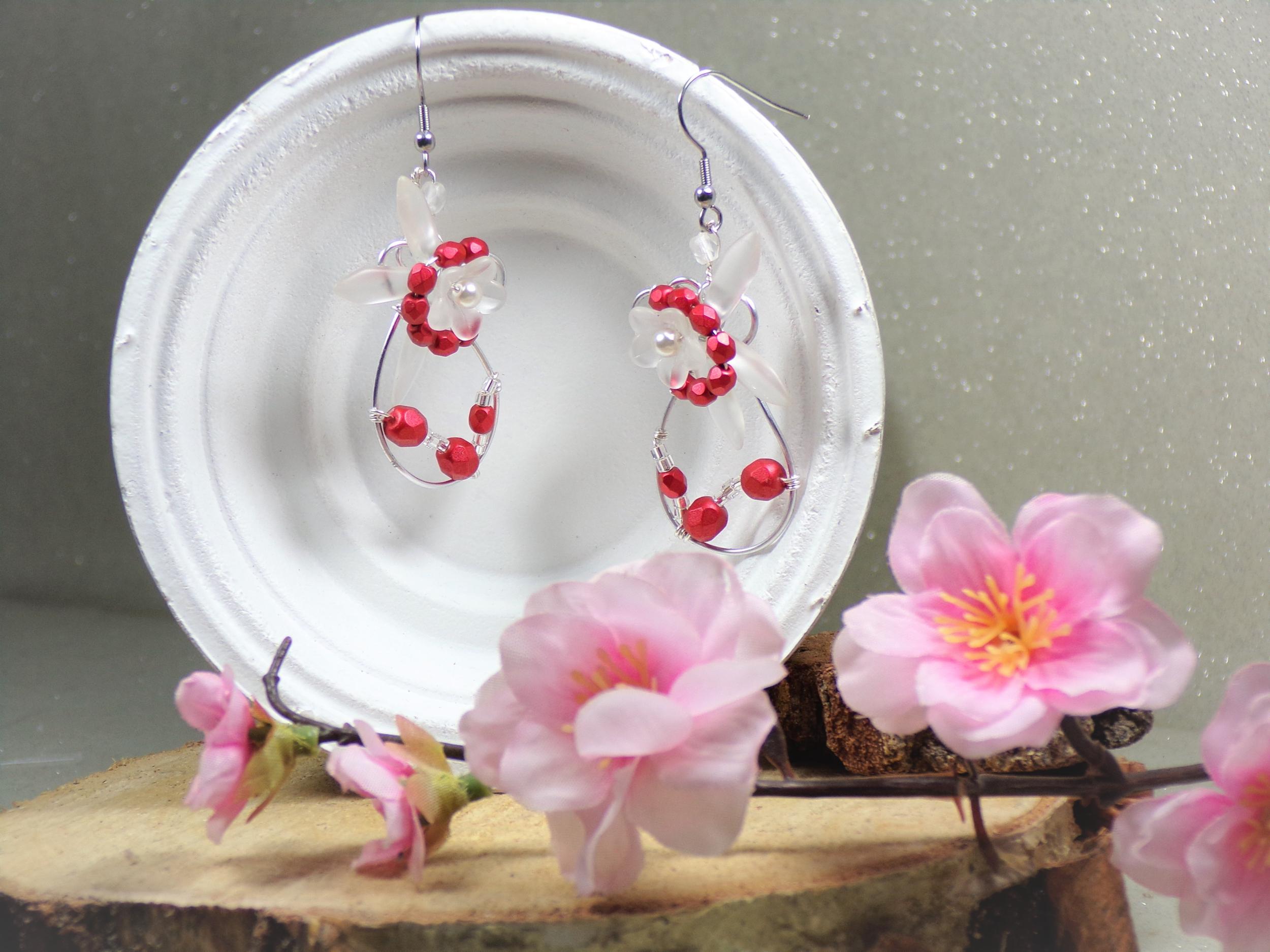 Boucles d\'oreilles fleurs mariage rouge et blanc