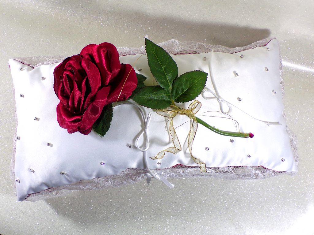 Coussin d\'alliances rose éternelle strass rouge et blanc mariage