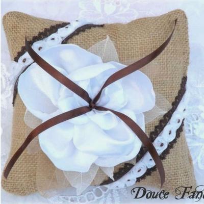 Coussin pour alliances toile de jute fleur blanc chocolat