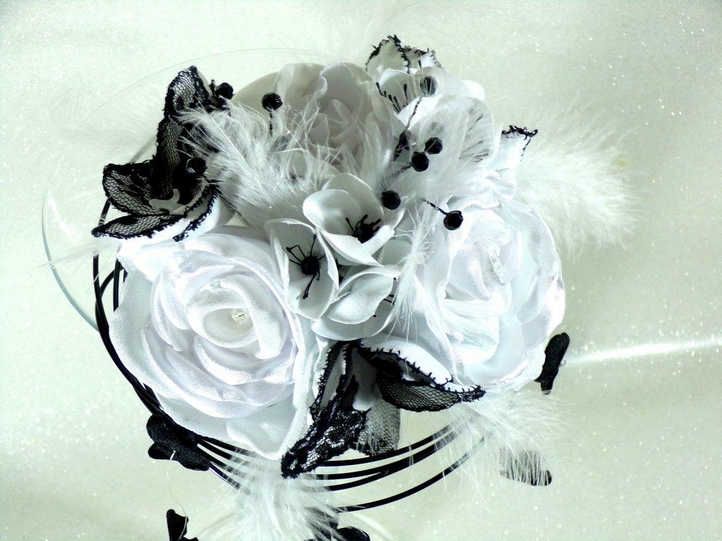 Bouquet de mariée fleurs tissu noir et blanc plumes dentelle perles