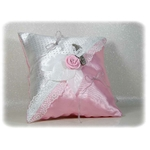 Coussin dalliance satin rose blanc gris dentelle papillon