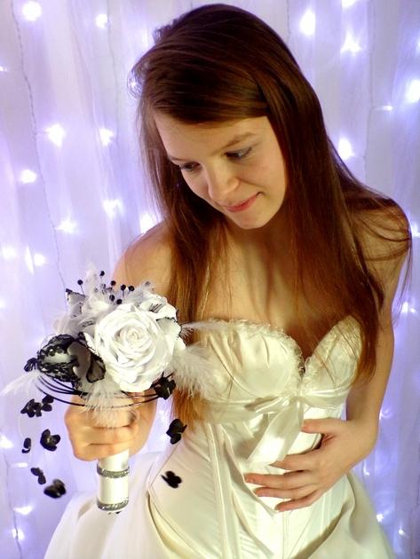 Bouquet de mariée noir et blanc orchidée roses plumes original